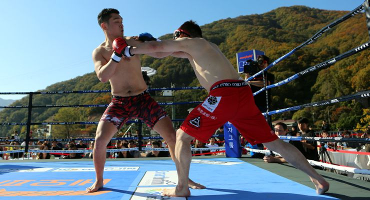 Korean fighter Kim Yong-Hee and Japanese fighter, Koji Takuchi at NeoFight 14