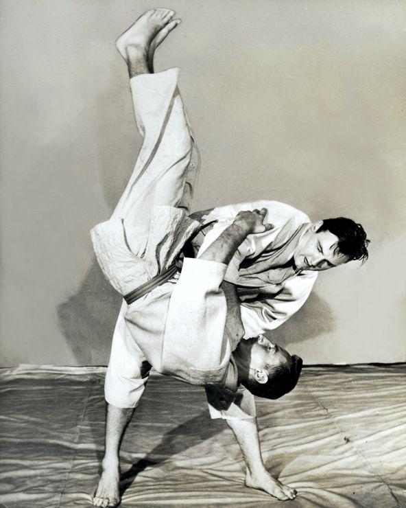 Tegner-demonstrating-his-judo-skills-740
