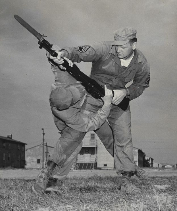 tegner-instructing-hand-to-hand-combat-military-740
